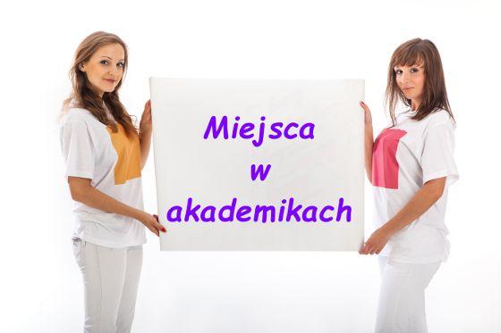Zdjęcie dwóch studentek trzymających kartkę z infomacją o miejscach w akademikach