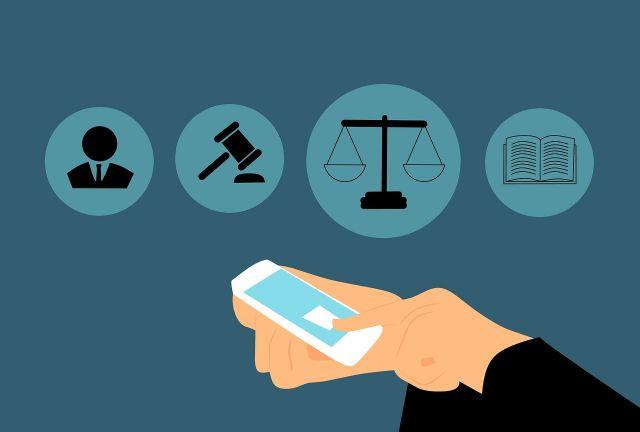 Element ilustracyjny: symbole prawnicze, młotek sędziowski, waga sprawiedliwości, książka