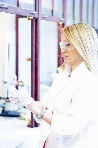 Studentka w laboratorium chemicznym